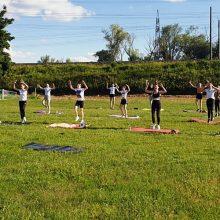 Tanzmädels verlegen Training nach draußen