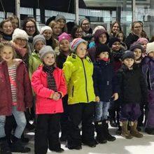 Gemeinsamer Tagesausflug: SVD-Tänzerinnen geben auch auf dem Eis eine gute Figur ab
